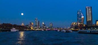 Canary Wharf sulla luna piena fotografia stock libera da diritti