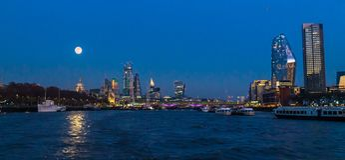 Canary Wharf sur la pleine lune photographie stock libre de droits