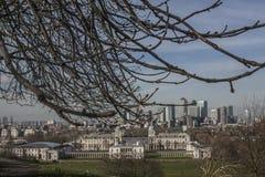 Canary Wharf - une vue du parc de Greenwich, méli-mélo des branches Photos stock