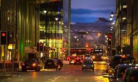 Canary Wharf, vista della via di notte con i semafori e le automobili immagine stock libera da diritti