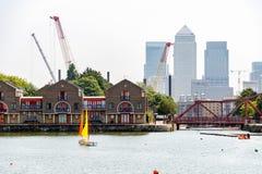Canary Wharf vu du bassin de Shadwell à Londres Photo libre de droits