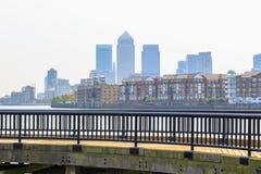 Canary Wharf vu du chemin de la Tamise le long du bassin de Shadwell dans Londo Images libres de droits