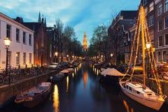 Canaux d'Amsterdam la nuit aux Pays-Bas Amsterdam est le Ca Photographie stock