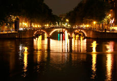 Canaux d'Amsterdam par nuit Photos stock