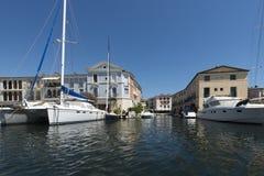Canaux dans le port Grimaud, France Image stock