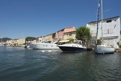 Canaux dans le port Grimaud, France Photos stock