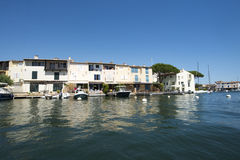 Canaux dans le port Grimaud, France Photo stock