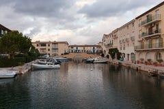 Canaux de rue dans le port Grimaud, France Photos stock