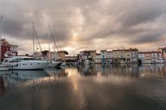 Canaux de rue dans le port Grimaud, France Image libre de droits