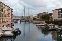 Canaux de rue dans le port Grimaud, France Images libres de droits