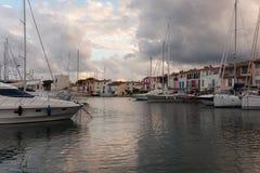 Canaux de rue dans le port Grimaud, France Image stock
