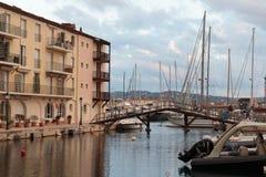 Canaux de rue dans le port Grimaud, France Photo libre de droits