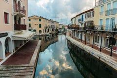 Canaux de rue dans le port Grimaud, France Photo stock