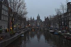 Canaux et bateaux Amsterdam promenade à Amsterdam photographie stock libre de droits