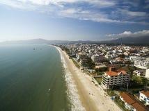 Canavieiras för flyg- sikt strand i Florianopolis, Brasilien Juli 2017 Arkivfoto