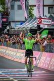 Canazei, Italië 24 Mei, 2017: Pierre Rolland Cannondale-Drapac Pro Cycling Team gaat de afwerkingslijn over en wint het stadium stock foto's
