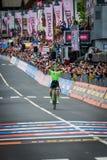 Canazei, Italië 24 Mei, 2017: Pierre Rolland Cannondale-Drapac Pro Cycling Team gaat de afwerkingslijn over en wint het stadium stock foto