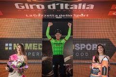 Canazei, Italië 24 Mei, 2017: Pierre Rolland Cannondale-Drapac Pro Cycling Team, op het podium royalty-vrije stock afbeeldingen