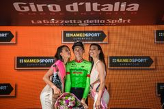 Canazei, Italië 24 Mei, 2017: Pierre Rolland Cannondale-Drapac Pro Cycling Team, op het podium stock afbeelding