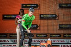 Canazei, Italië 24 Mei, 2017: Pierre Rolland Cannondale-Drapac Pro Cycling Team, op het podium stock afbeeldingen