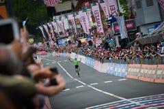 Canazei, Italia 24 de mayo de 2017: El paso de Pierre Rolland Cannondale-Drapac Pro Cycling Team la meta y gana la etapa fotografía de archivo libre de regalías