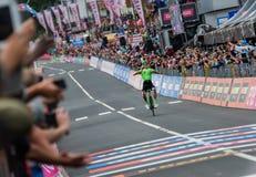 Canazei, Italia 24 de mayo de 2017: El paso de Pierre Rolland Cannondale-Drapac Pro Cycling Team la meta y gana la etapa fotografía de archivo