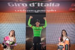 Canazei, Italia 24 de mayo de 2017: Pierre Rolland Cannondale-Drapac Pro Cycling Team, en el podio fotografía de archivo libre de regalías