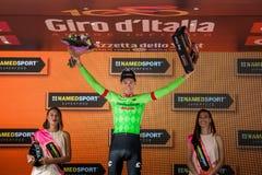 Canazei, Italia 24 de mayo de 2017: Pierre Rolland Cannondale-Drapac Pro Cycling Team, en el podio fotos de archivo libres de regalías
