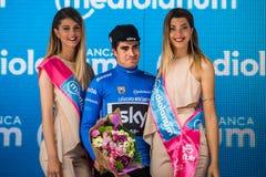 Canazei, Italia 24 maggio 2017: Mikel Landa, in jersey blu, sul podio dopo una fase dura del montain Immagine Stock Libera da Diritti