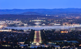 Canberra stad på natten Arkivbild