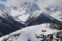 Canbin au pied de la montagne de neige Image stock