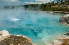 Cancele, cozinhando a água de água-marinha na mola quente de Yellowstone, Wyom fotos de stock