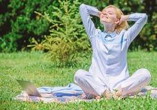 Cancele sua mente A menina medita sobre o fundo da natureza do prado da grama verde do tapete Minuto do achado a relaxar Mulher q imagem de stock