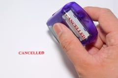 Cancelled rosso sta timbrando su Libro Bianco Immagine Stock