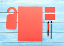 Cancelleria in bianco su fondo di legno Consista dei biglietti da visita, delle carte intestate A4, della penna e della matita Fotografia Stock