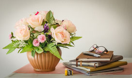 Cancelleria con il vaso da fiori, natura morta fotografie stock libere da diritti