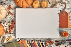 Cancelleria di arte, decorazioni di autunno e rifornimenti di arte, vista superiore, Fotografie Stock