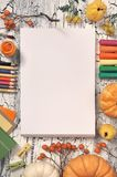 Cancelleria di arte, decorazioni di autunno e rifornimenti di arte, vista superiore, Fotografia Stock