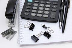 Cancelleria e calcolatore Fotografia Stock Libera da Diritti