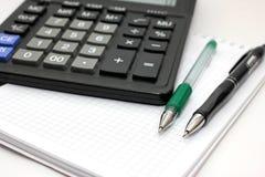 Cancelleria e calcolatore nell'ufficio Fotografie Stock