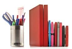 Cancelleria e libri su priorità bassa bianca fotografia stock