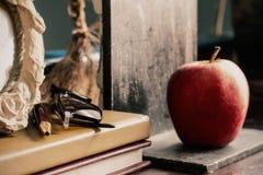 Cancelleria e mela sullo scrittorio fotografia stock libera da diritti