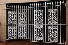Cancelli decorativi bianchi del ferro saldato Fotografie Stock