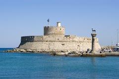 Cancelli del porto & faro San Nicola, Rodi Fotografie Stock
