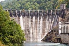 Cancelli di inondazione di una diga Fotografie Stock