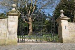 Cancelli e strada privata di una casa signorile Immagini Stock Libere da Diritti