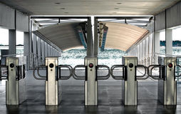 Cancelli girevoli della stazione del fiume Immagini Stock Libere da Diritti