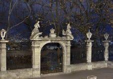 Cancelli medioevali alla notte Fotografie Stock Libere da Diritti