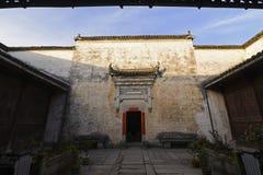 Cancello ad una casa della persona ricca nel hongcun antico fotografia stock libera da diritti