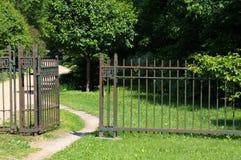 Cancello arrugginito ad una vecchia proprietà Fotografia Stock Libera da Diritti